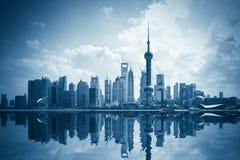 有反映的现代城市 免版税库存图片