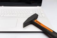 有反病毒锤子的计算机在键盘 库存照片