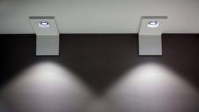 有发光下来的两盏灯的墙壁 免版税库存照片