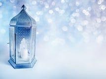 有发光在晚上的灼烧的蜡烛的装饰阿拉伯灯笼 贺卡,圣洁回教的社区的邀请 免版税库存图片