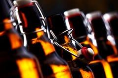 有发光在黑暗的停止者的啤酒瓶 库存图片