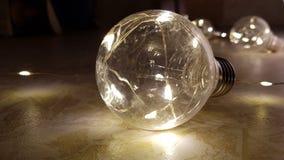 有发光的串光的玻璃电灯泡诗歌选在大一个里面 发光的玻璃灯特写镜头 减速火箭的爱迪生电灯泡在黑暗中 免版税库存图片