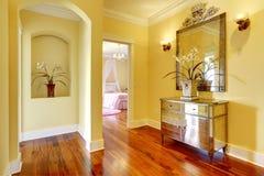 有发光的内阁和花的明亮的走廊 免版税库存照片
