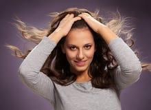 有发光的吹的头发的性感的深色的妇女 免版税库存照片
