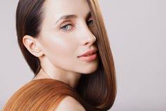 有发光的棕色ombre平直的长的头发的美丽的式样女孩 关心和护发产品 免版税库存图片