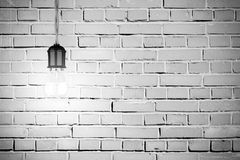 有发光的电灯泡的白色葡萄酒砖墙 免版税库存照片