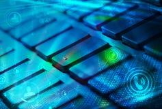 有发光的社会网络象的键盘 免版税库存照片