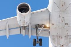 有发光的金属的,有挡水板的翼喷气机引擎,点燃橡胶轮子底盘,在登陆的特写镜头在机场前 库存图片
