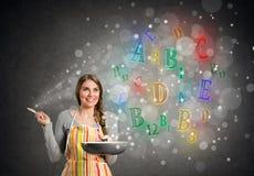 有发光的维生素的厨师妇女 免版税库存照片