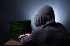 有发动网络攻击的膝上型计算机的黑客 库存图片