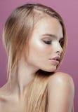 有发型关闭的年轻人相当白肤金发的妇女 免版税库存图片