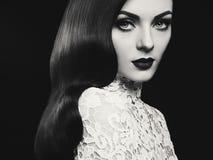 有发型好莱坞波浪的美丽的妇女 免版税库存照片