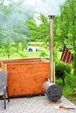 有发烟性烟囱的木浴盆 图库摄影