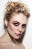有发烟性眼睛和正式舞会发型的美丽的妇女 库存图片