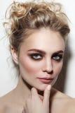 有发烟性眼睛和正式舞会发型的美丽的妇女 免版税库存图片