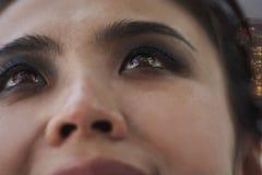 有发烟性眼睛特写镜头的,在眼睛的城市反射微笑的少妇 免版税库存图片