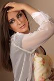 有发烟性眼睛的美丽的深色的妇女 图库摄影