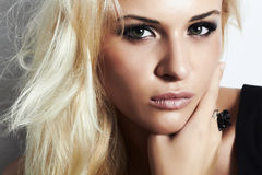 有发烟性eyes.beauty woman.professional构成的美丽的白肤金发的女孩 库存图片