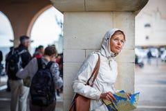 有发现外国城市的地图的华美的女性游人- 免版税库存照片