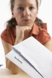 有发票被接受的妇女年轻人 免版税库存照片