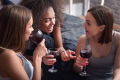 有发笑的女孩喝酒和扣人心弦的交谈 免版税库存图片