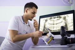 有发音清楚的人的牙医 免版税库存照片