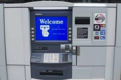 有受欢迎的屏幕的ATM机器 图库摄影