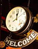 有受欢迎的横幅的减速火箭的时钟 免版税库存照片