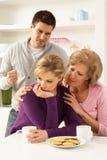 有变元的夫妇interferring的母亲 免版税库存图片