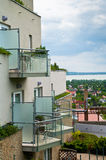 有变冷的大阳台的健康旅馆在一多云天 免版税库存图片