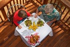 有变老的早午餐的夫妇中间名 库存图片