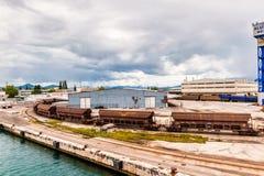 有口岸基础设施的货物火车在口岸普洛切,最大的海港在南克罗地亚 免版税库存图片