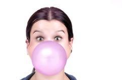 有口香糖桃红色泡影的女孩  免版税库存图片