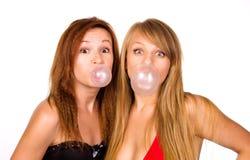 有口香糖泡影的两个女孩 免版税库存照片