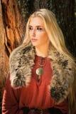 有古代北欧文字的符号的斯堪的纳维亚女孩 库存图片
