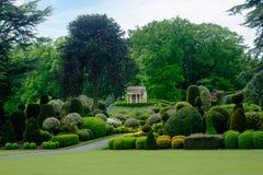 有古典寺庙样式愚蠢的修剪的花园庭院 库存照片