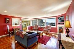 有古家具的明亮的红色室 免版税库存图片