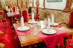 有古老中世纪城堡内部的餐馆 图库摄影