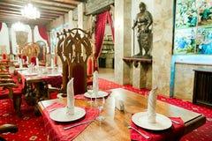 有古老中世纪城堡内部的餐馆 免版税图库摄影