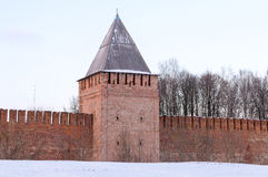 有古老克里姆林宫的一个三角屋顶的斯摩棱斯克俄罗斯老塔博物馆 库存照片