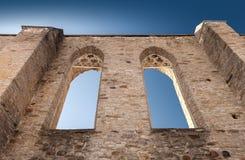有古老女修道院哥特式窗口的墙壁  免版税库存图片