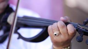 有古老小提琴的小提琴手 音乐家在一条老木小提琴乐弓使用 可爱的古典音乐 股票视频