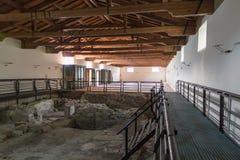有古老废墟的谷仓 免版税库存图片