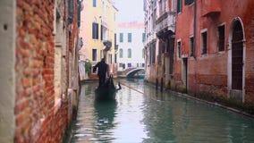 有古老房子和小船的威尼斯式渠道 股票录像