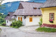有古老房子的一条街道在Vlkolinec村庄  免版税库存照片