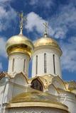 有古老教会十字架的金黄圆屋顶在拉夫拉 免版税库存照片
