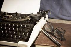 有古色古香的书和镜片的打字机, 免版税库存照片