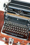 有古色古香的圆的钥匙的老减速火箭的黑金属打字机 免版税库存照片
