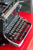 有古色古香的圆的钥匙的老减速火箭的黑金属打字机 库存图片