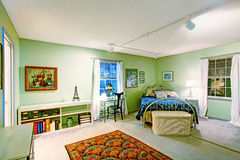有古色古香的床和柳条胸口的卧室 免版税库存照片